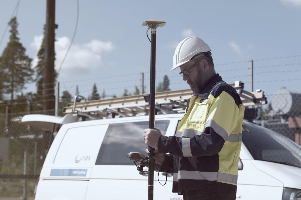Illustrasjonsfoto av ingeniør med GPS innmålingsutstyr.