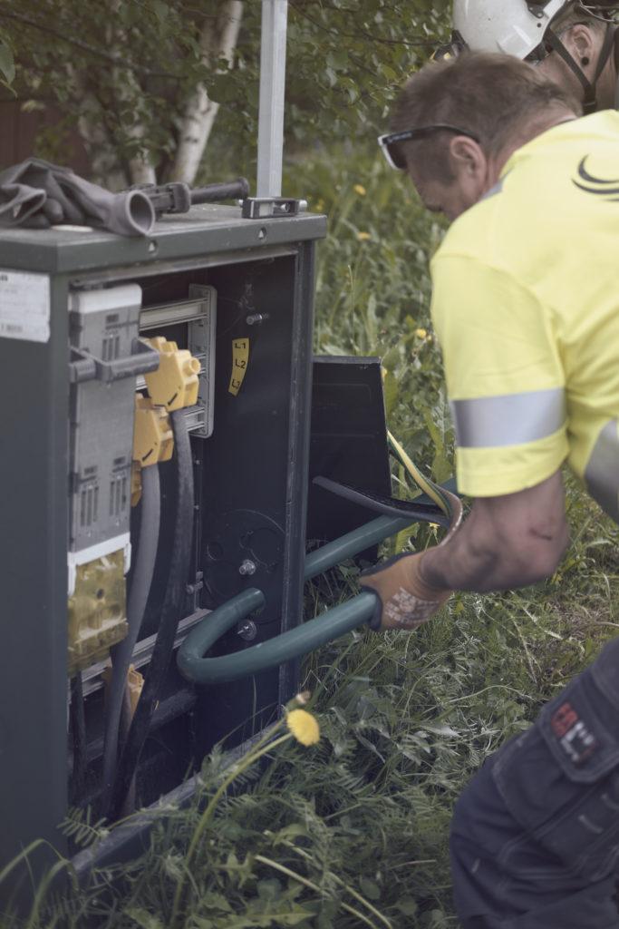 Illustrasjonsfoto av montører som jobber i kabelskap.