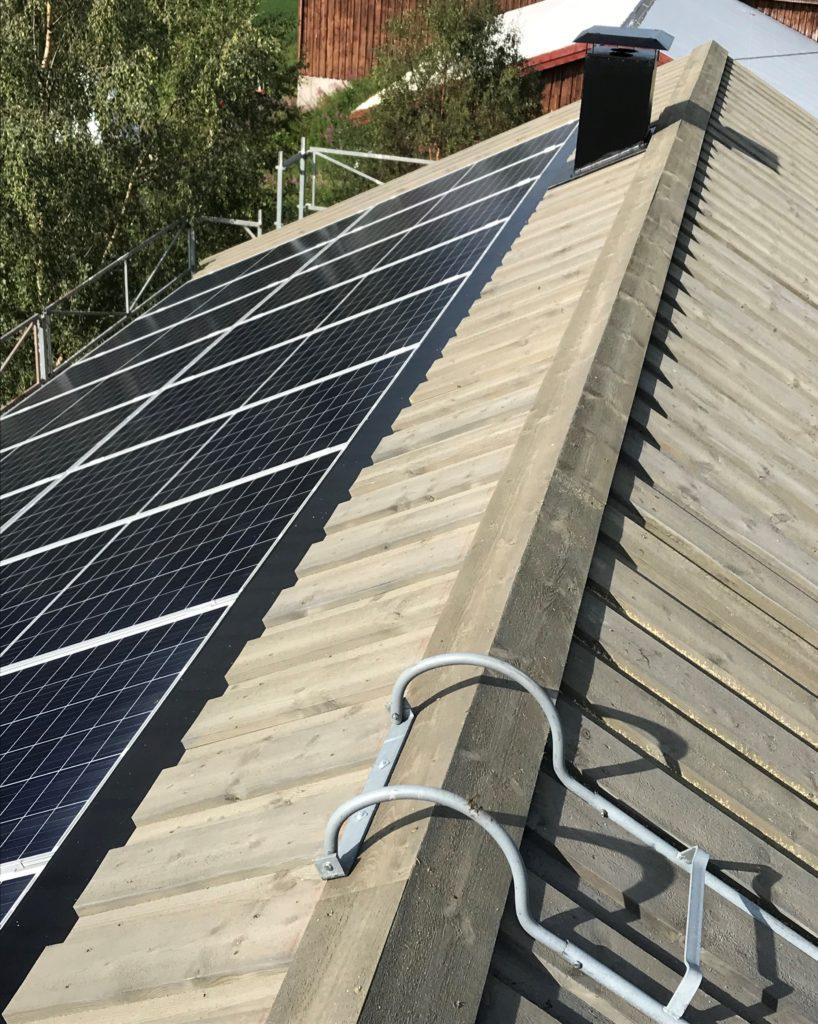 Bilde av tak med solceller.