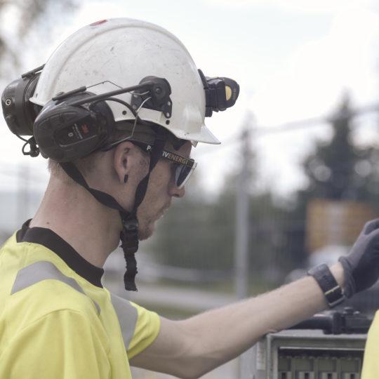 Montør med hjelm